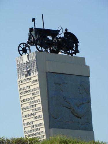 Памятник женщинам трактористам. Фото